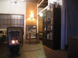 64Cafe+Ranaiのストーブと本棚