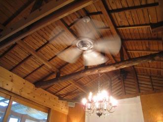 天井のファンとシャンデリア