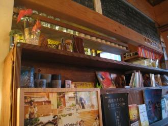 カウンターの本棚