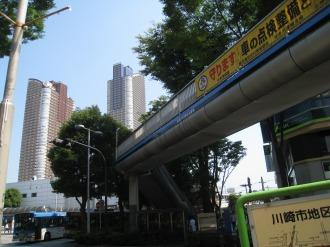 武蔵小杉駅北口ロータリーの歩道橋