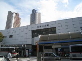 バス発着所の屋根のカラーリング