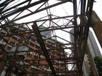 廃墟と再開発地区のマンション
