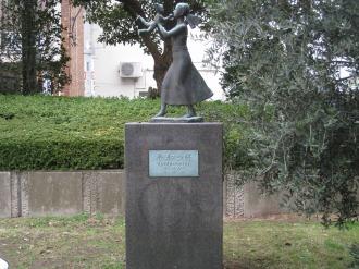 「平和の絆」の像とオリーブの木