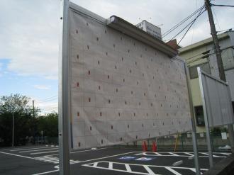 保護シートで覆われた看板