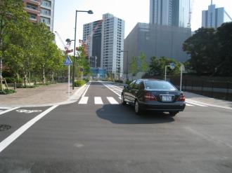都市計画道路 武蔵小杉駅南口線を通行する車