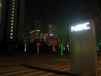 広場から見える武蔵小杉の高層マンション