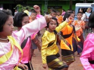 子どもたちの歓迎の舞
