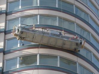 窓掃除のゴンドラ(拡大)