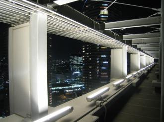 ライトアップ中の屋上照明