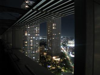 ライトダウンされた屋上照明
