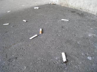 地面に捨てられた吸殻