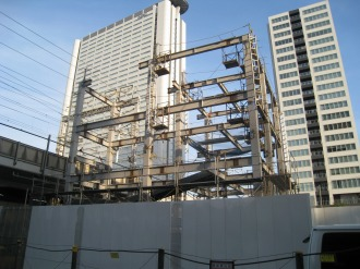 4階建て駐輪場の鉄骨(レジデンス・ザ・武蔵小杉前より)