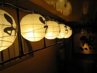 「みそごろう」の提灯と「然」の看板
